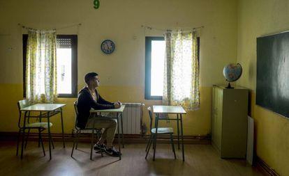 Julio Calle, de 17 años, en un aula de la escuela de su pueblo, Cabrero (Cáceres).