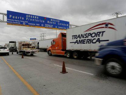 Varios camiones cruzan la frontera entre México y EE UU.