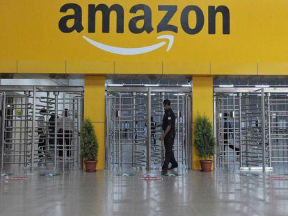 Entrada a uno de los almacenes de Amazon.