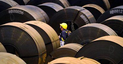 Rollos de acero en la planta siderúrgica ArcelorMittal en Sestao (Bizkaia).