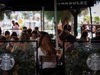 GRAFCAV7629. SAN SEBASTIÁN, 01/09/2021.- Un grupo de siete jóvenes consume en una terraza en San Sebastián, este miércoles, el día en el que el Gobierno Vasco ha suavizado algunas de las restricciones en vigor para controlar la expansión de la covid como los aforos, que pasarán del 35 % al 60 % en todos los locales e instalaciones, entre ellos los comercios y espacios culturales, y al 50 % en la hostelería, donde el máximo de personas por mesa aumentará de 6 a 8. EFE/Javier Etxezarreta