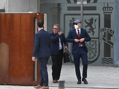 Los dos 'mossos' que acompañaban a Puigdemont cuando fue detenido en Alemania salen, junto a su abogado (en el centro) de la sede de la Audiencia Nacional donde están siendo juzgados.