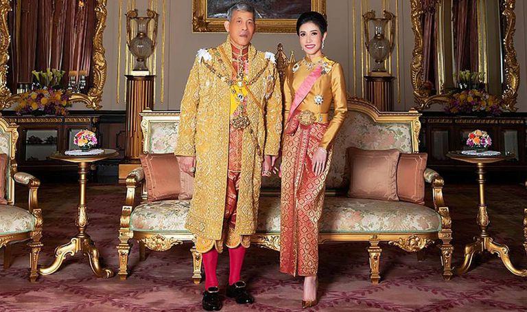 El rey Maha Vajiralongkorn, Rama X de Tailandia, con su concubina, Sineenat Wongvajirapakdi, en agosto de 2019.