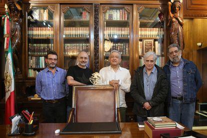 López Obrador junto a Pedro Miguel, Helguera, Hernández y El Fisgón en una foto que el presidente subió a Twitter el 29 de agosto del 2020.