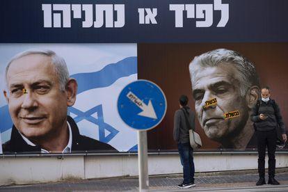 Cartel electoral con el conservador Benjamín Netanyahu (a la izquierda) y el centrista Yair Lapid, el 14 de marzo en Tel Aviv.
