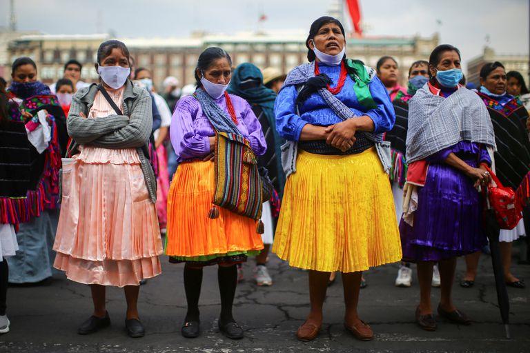 Mujeres indígenas protestan frente a Palacio Nacional, en mayo de 2020.