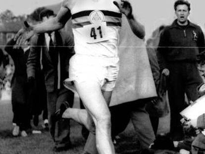 Bannister baja de los cuatro minutos en la milla el 6 de mayo de 1954.