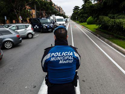 Un policía municipal realiza un control el pasado martes 12 en la calle de Toledo, de la capital.