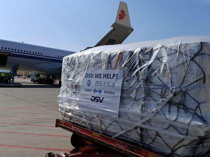 Parte de la carga transportada en un vuelo de Air China que ha aterrizado hoy en Barcelona con equipos de protección sanitaria contra el Covid-19