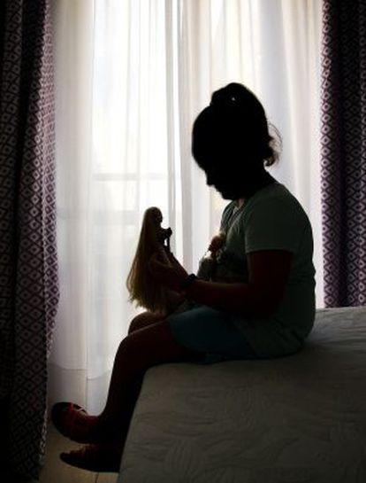Una de las niñas espera a que se resuelva el problema para volver al colegio.