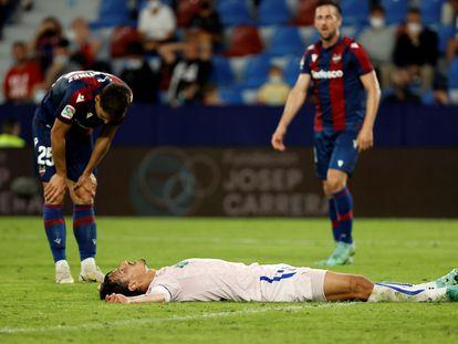Enes Unal, en el suelo, tras fallar una ocasión contra el Levante.