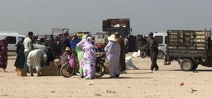 Soldados marroquíes reparten botellas de aceite entre los habitantes del barrio de Wakala, el martes 24 de noviembre en la ciudad de Dajla, en el Sáhara Occidental.