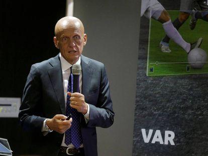 El exárbitro Pierluigi Collina explica el resultado del VAR durante el Mundial el pasado sábado.