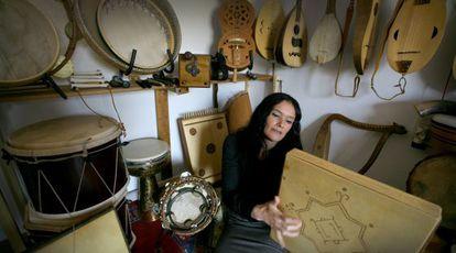 Mara Aranda, rodeada de instrumentos.