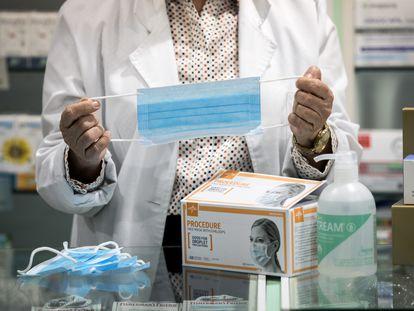 Una farmacéutica despacha unas mascarillas.