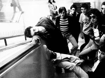 Mario Gil (primero a la izquierda) y Fernando Márquez (tercero), con otros miembros de Paraíso en el Metro de Madrid.