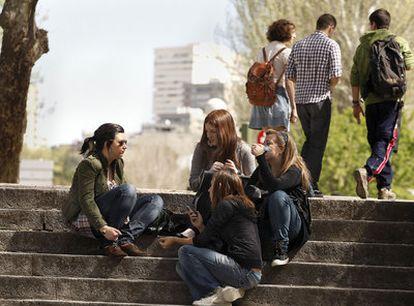 Un grupo de estudiantes, en un campus universitario de la Comunidad de Madrid.