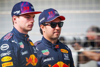 Los pilotos de Red Bull, Max Verstappen y Checo Pérez, en el circuito de Baréin