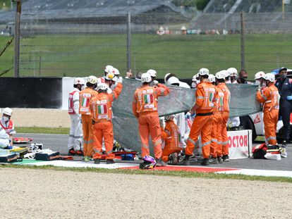 El piloto suizo Jason Dupasquier es atendido en la pista del circuito de Mugello.