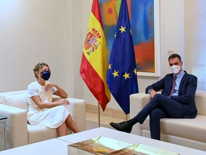 El presidente de Gobierno, Pedro Sánchez, y la vicepresidenta segunda y ministra de trabajo, Yolanda Díaz, durante su encuentro en el Palacio de la Moncloa en Madrid el pasado 7 de octubre.