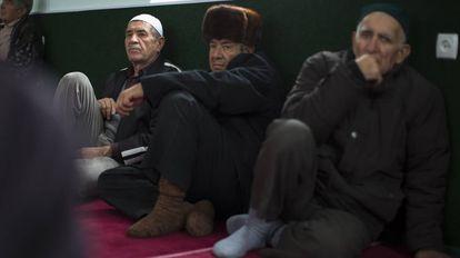 Un grupo de tártaros en una mezquita de Crimea en 2014.