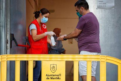 Varias personas esperan su turno para realizarse una PCR durante el cribado masivo en Manlleu este viernes.