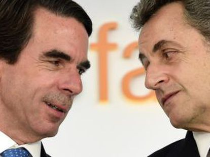 José María Aznar (izquierda) en una charla con el expresidente francés Nicolas Sarkozy, el pasado lunes.