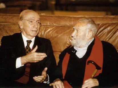 El empresario Juan Huarte (izquierda) en una imagen con el escultor Jorge Oteiza.