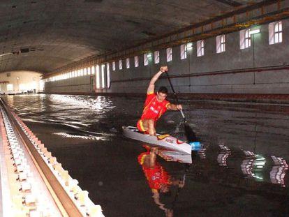 Cal prueba una de sus canoas en el canal de El Pardo