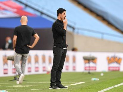 Arteta y Guardiola, al fondo, durante el pulso en Wembley.