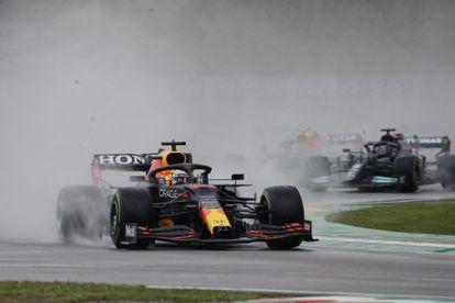 Verstappen conduce seguido de Hamilton durante el GP de Imola este domingo.