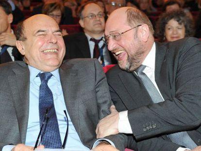 El candidato Bersani con el presidente del Parlamento Europeo, Martin Schultz, (derecha) en Turin este sábado.