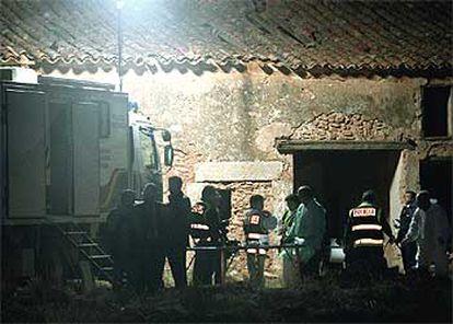 Agentes de la policía científica, anoche, junto a los restos óseos de Rosana Maroto, al borde del pozo.