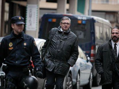 Carlos García Revenga, en el centro, llega a los juzgados de Palma.