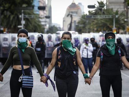 Mujeres feministas, durante la marcha en favor del aborto legal en Ciudad de México.