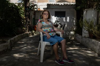 Amparo García, vecina de Badalona, afronta un futuro incierto por la rehabilitación del núcleo de casas donde vive