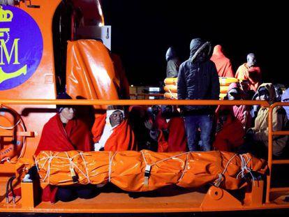Un barco de Salvamento Marítimo, con inmigrantes rescatados cuando navegaban en una patera en el Mar de Alborán este pasado lunes. En vídeo, imágenes del rescate.