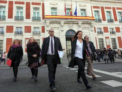 Los Alcaldes del Sur liderados por Sara Hernandez, alcaldesa de Getafe (derecha), en la sede de Presidencia.