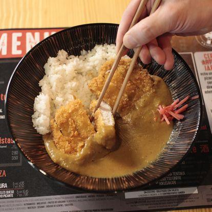 'Katsu Curry' de lomo de cerdo empanado con arroz y curry japonés en Don Panko.