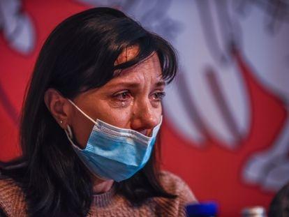 Natalia Protasevich, madre del periodista bielorruso Roman Protasevich, ofrece entre sollozos una rueda de prensa este jueves en Varsovia.
