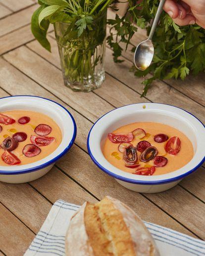 Recetas para el reportaje cenas de veranl. 'Que la noche nos pille con la mesa puesta´. En la imagen, Salmorejo con huevo,anchoas y cerezas
