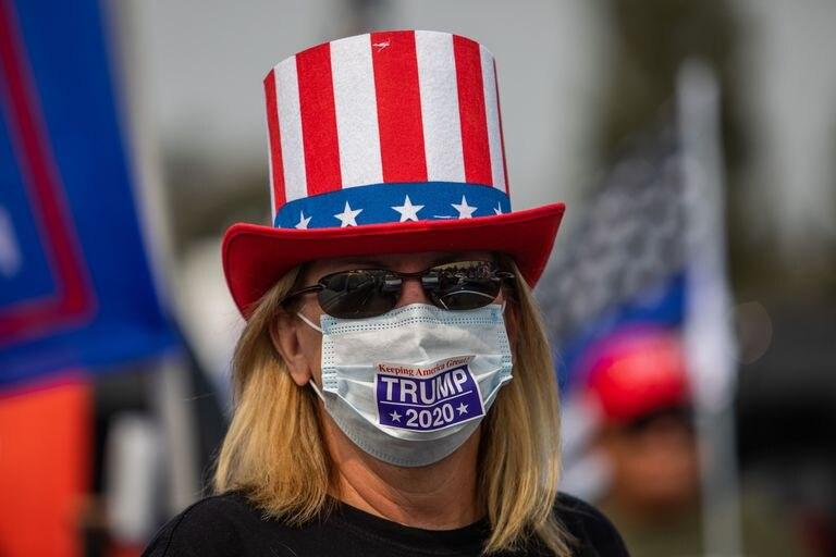 Una mujer con mascarilla favorable a la  reelección del presidente Trump.