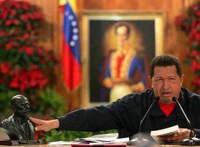 El presidente Hugo Chávez se dirige a los periodistas, ayer, en el palacio de Miraflores, en Caracas.