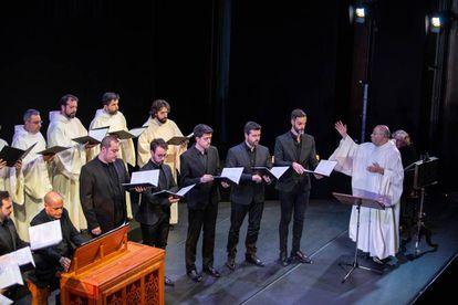 Juan Carlos Asensio (derecha) dirige a Schola Antiqua y el Coro Victoria.