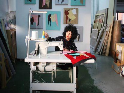 Sonia Navarro crea un collage en el taller de Carabanchel