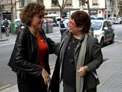La ministra de Sanidad, Dolors Montserrat (i), junto a la consejera de Trabajo y Asuntos Sociales, Dolors Bassa