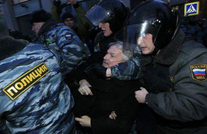 Policías rusos detienen al líder opositor Edouard Limonov durante una protesta cerca de la sede de la Comisión Electoral Central hoy en Moscú.