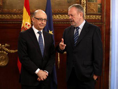El consejero vasco de Hacienda, Pedro Azpiazu, mantiene la primera reunión oficial con el ministro Cristóbal Montoro, en diciembre de 2016.