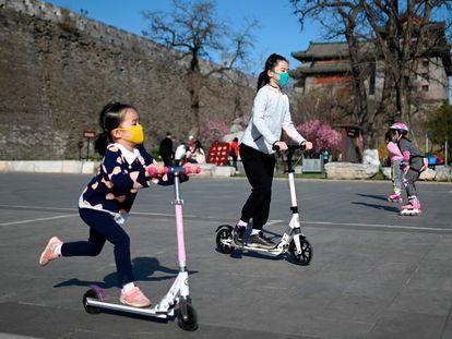 Varios niños juegan en un parque de Pekín.