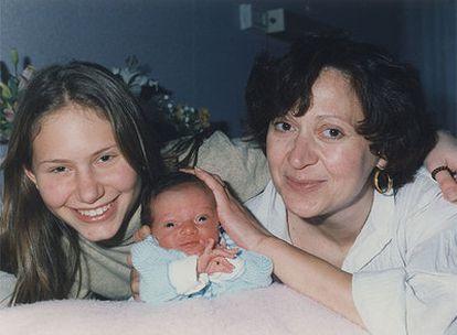 María Petrella y sus dos hijas, Elisa y Emmanuella, en una fotografía tomada en 1998 en un suburbio de París.